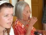 Mijn dochter Faisca met een mooie oude Balinese dame in het weduwen huis..
