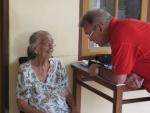 Mijn man Henk maakt een praatje met haar (in het nederlands).