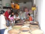 Rijst kopen met leidster Ayu voor het weeshuis.
