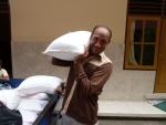 Pak Wayan( onze vriend,chauffeur, tolk,gids, steun en toeverlaat op Bali) helpt dragen met de rijstzakken.