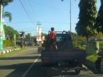 Op weg naar de markt met de kleine vrachtauto.