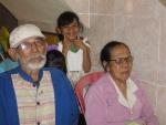 Een oud echtpaar tijdens de kerkdienst (mevrouw is blind) in het weeshuis.