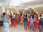 De oudere kinderen van het weeshuis verzorgen de kerkdienst