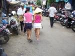 Weeshuismeisje en nederlands meisje samen op de markt